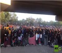 احتشاد أكثر من 10 آلاف مهاجر تحت جسر في ولاية تكساس الأمريكية | فيديو