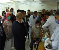 رئيس جامعة أسيوط يتفقد الكشف الطبي والتطعيم بلقاح كورونا