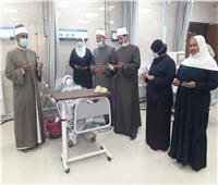 وفد من مشيخة الأزهر يزور مرضى المستشفى الجامعي بأسوان