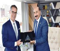 محافظ أسوان يسلم السفير السويسري درع المحافظة