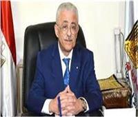 بالصور| شوقى يعرض عدد من صفحات كتاب الإنجليزية للثانوية.. أسئلة عن أبطال مصر