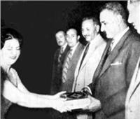 كنوز   أم كلثوم تهدي الرئيس عبد الناصر «كتاب الله» في المنصورة