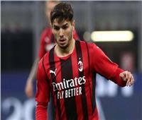 ميلان يهزم فينيزيا بثنائية ويزاحم إنتر في صدارة الدوري الإيطالي