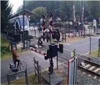 5 ثوان تنقذ حياة امرأة من الدهس أسفل عجلات القطار بهولندا «فيديو»