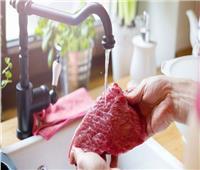 أخصائي تغذية : غسل اللحوم بالماء قبل الطهي لا يقضي على البكتيريا