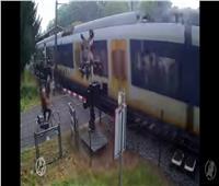 فتاة تنجو من الموت بأعجوبة.. كاد القطار السريع أن يدهسها | فيديو