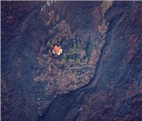 وسط ثوران الحمم البركانية .. «البيت المعجزة» يثير الدهشة بجزيرة لا بالما