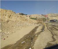 انزلاق جبل على طريق بالمقطم يُنذر بكارثة ويهدد حياة المواطنين