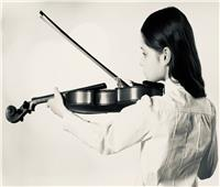 في الستينيات.. العزف على الكمان يخفف آلام الجرحى