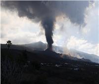 الحمم البركانية بجزيرة لا بالما الإسبانية تقترب من الشاطئ.. وإجراءات جديدة لعزل السكان