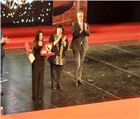 شاهد | بكاء دنيا سمير غانم خلال تسلمها جائزة تكريم والديها بالمهرجان القومي للمسرح