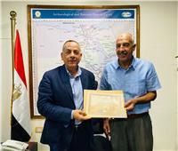 «وزيري» يسلم شهادة تقدير للمواطن الذي سلم قطع أثرية