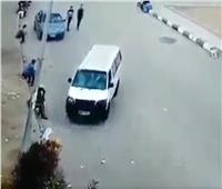شاهد  «حادث مروع».. ميكروباص ينحرف ويصدم فتاتين على الرصيف