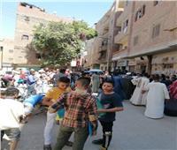 صور| تزاحم المواطنين بالتأمين الصحي يهدد بانتشار كورونا في نجع حمادي