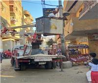 صيانة أعمدة وكشافات الإنارة في شوارع المنيا| صور