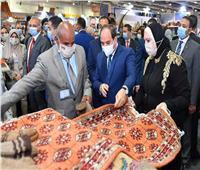 الرئيس السيسي يسلم جوائز لأفضل 3 مشروعات حرفية وتراثية على هامش معرض «تراثنا»