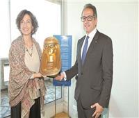 وزير السياحة والآثار يهدي قناع «يويا» الذهبى لمديرة اليونسكو
