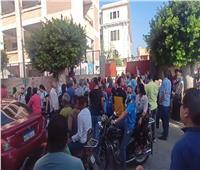 تكدس أولياء الأمور أمام مدارس المنيا| صور