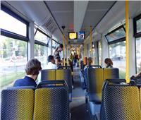 رجل يرش غاز الفلفل داخل حافلة بسبب الكمامة بألمانيا