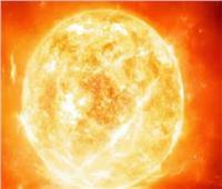 توهج شمسي يضرب الأرض مع أضواء شمالية مرئية عبر العالم
