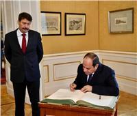 الرئيس السيسي يكتب كلمة في سجل الشرف بقصر الرئاسة المجري