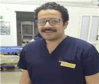 طبيب يخفف إحساس العزلة عن مرضى كورونا داخل المستشفى| فيديو
