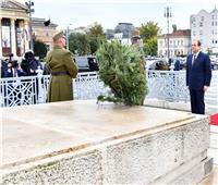 السيسي يضع إكليلا من الزهور على النصب التذكاري في بودابست  صور وفيديو