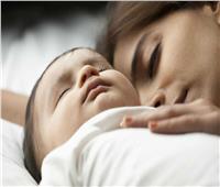 سر صحي وراء حاجة الأطفال للنوم بجانب أمهاتهم