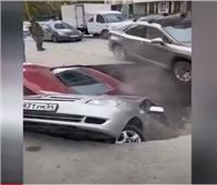 انهيار أرضي يبتلع سيارات في مدينة روسية| فيديو