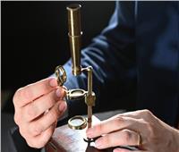 عمره 200 عام.. بيع «مجهر» تشارلز داروين في مزاد علني| صور