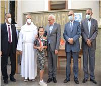 خلال جولاته الميدانية.. محافظ بورسعيد يشارك الطلاب طابور الصباح
