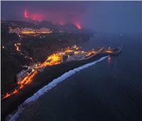 سفينة تزود جزيرة «لا بالما» بالمياه بعد شح شديد بسبب ثوران بركانها.. فيديو