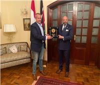 المندوه يمنح السفير المصري في كينيا درع وشعار الزمالك
