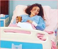 أول تعليق من دوللي شاهين بعد صورها داخل المستشفى