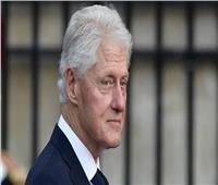 مساعد كلينتون: الرئيس الأسبق باقٍ في المستشفى رغم تحسن حالته