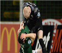 شاهد حارس يضرب زميله في الدوري الأيرلندي.. فيديو