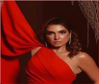 «روجينا» تظهر بالأحمرفي جلسة تصوير مثيرة للجدل