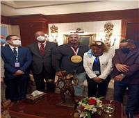 البطل العالمي « بيج رامى» يصل مطار القاهرة