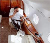 محمد رمضان يشارك جمهوره بصورة جديدة: «فرحان وأنا راكب الطيارة»