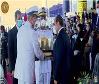 رئيس أكاديمية الشرطة يهدي الرئيس السيسي هدية تذكارية
