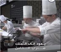 سبب غريب وراء ارتداء الطباخ قبعة طويلة بيضاء| فيديو