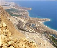صور  تجمع مئات العراة على شاطئ البحر الميت للتحذير من الجفاف