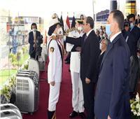 الرئيس السيسي يكرم أولى خريجات قسم الضباط المتخصصين بكلية الشرطة