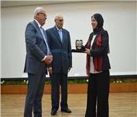 محافظ بورسعيد يكرم مدير المركز التكنولوجي لتميزها في الارتقاء بمستوى الخدمات