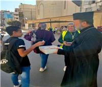 قوة الوحدة الوطنية بين المصريين.. «قس» يوزع حلوى مولد النبي علي المسلمين