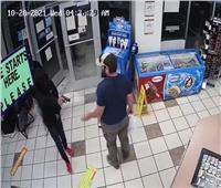ضابط «مارينز» يوقف اعتداء لص في «سوبرماركت» ويستولي على سلاحه   فيديو