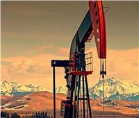 النفط يصل دون المستويات المرتفعة الأخيرة وينهي الأسبوع على ارتفاع