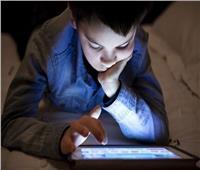 منها تأخر الكلام..تحذيرات من مخاطر الشاشات الإلكترونية على الأطفال