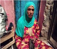 حكايات| أصابع «شقيانة».. دينا تكافح للقمة العيش من خياطة الأحذية «يدويا»