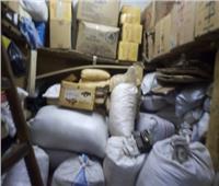 ضبط مستحضرات تجميل ومواد غذائية مجهولة المصدر داخل محل عطارة بالجمالية